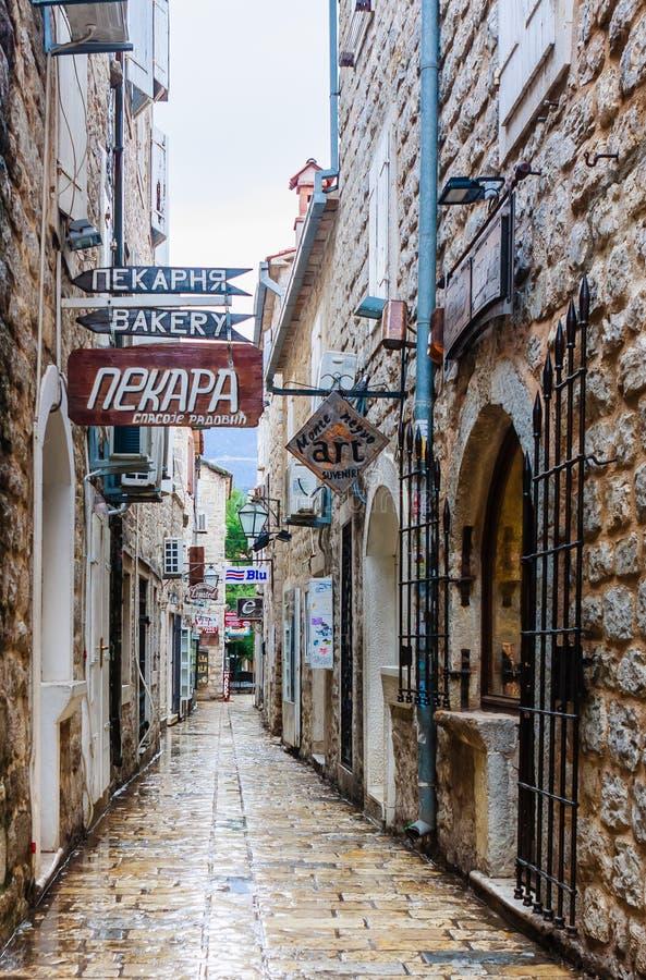 miasto ulica wąska stara Antyczni domy robić kamień Stary miasteczko Budva zdjęcie stock