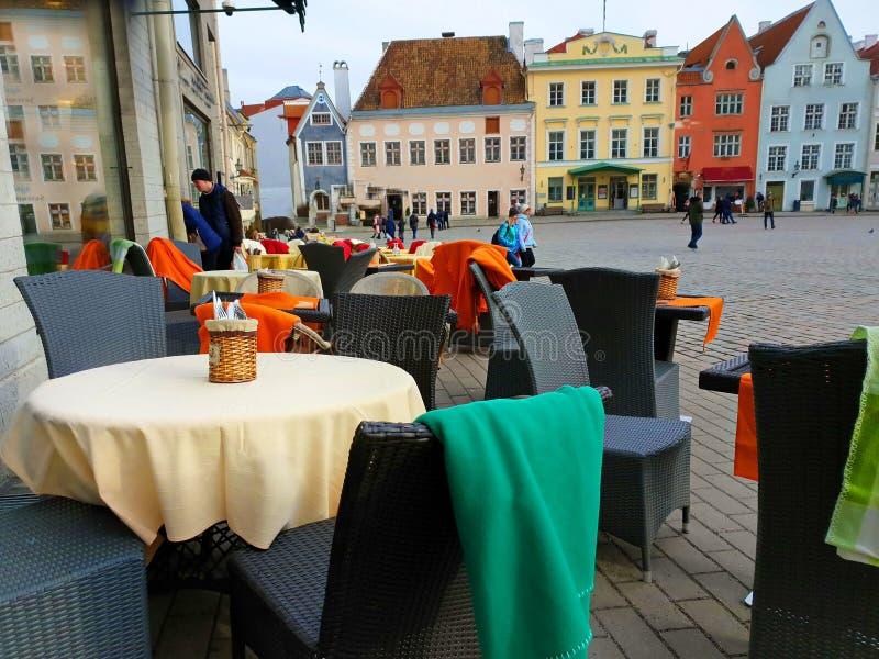 Miasto Uliczna kawiarnia W starym miasteczku Tallin podróż Europa na wakacje i relaks zdjęcia royalty free