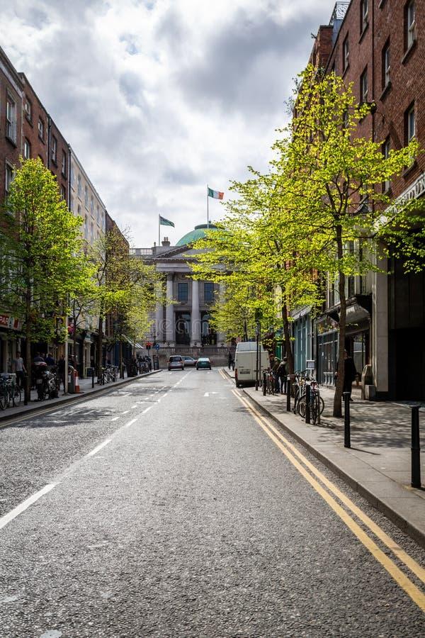 Miasto uliczny widok z świeżymi zielonymi drzewami, wczesna wiosna obrazy royalty free