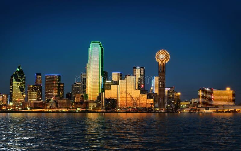 Miasto w centrum Dallas Teksas przy półmrokiem zdjęcie stock