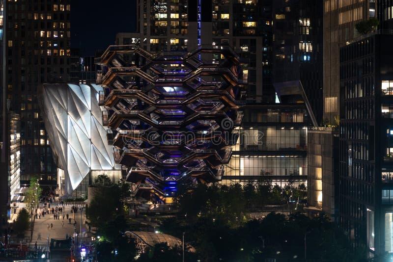 miasto ?wiat?a na noc Naczynie przy Hudson jardami lokalizować na Manhattan zachodniej stronie - wizerunek fotografia stock
