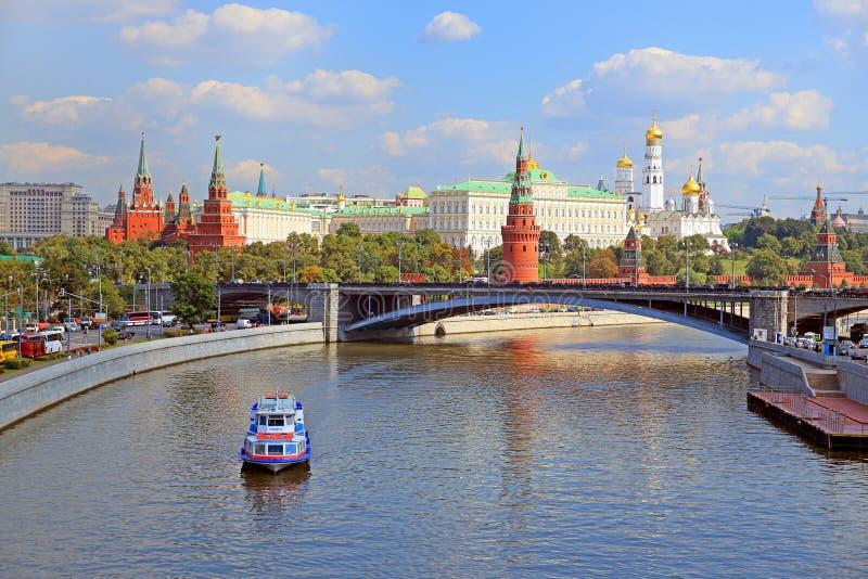 Miasto widok Moskwa z Kremlowskim i Dużym kamienia mostem na letnim dniu obraz royalty free