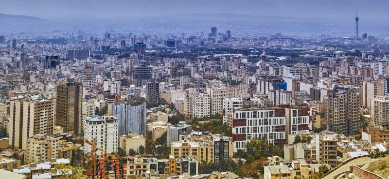 Miasto widok Teheran z wielopiętrowymi domami i jawni parki, zdjęcia royalty free