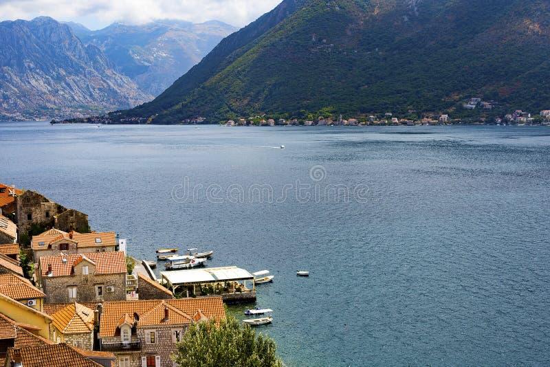 Miasto z czerwień dachami na brzeg Adriatycki morze zdjęcia stock