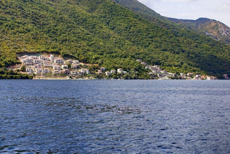 Miasto z czerwień dachami na dennym wybrzeżu fotografia stock