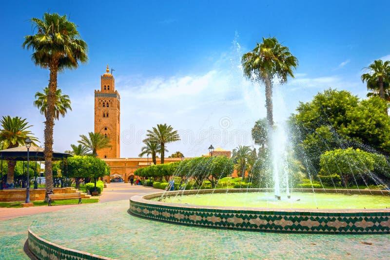 Miasto z piękną fontanną w parku Widok Meczetu Koutoubia Marrakesz, Maroko, Afryka Północna fotografia royalty free