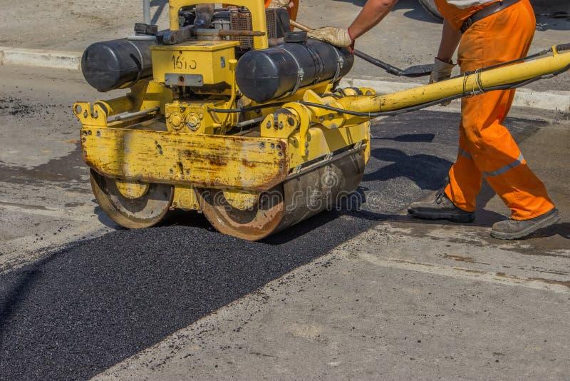 Miasto załoga instaluje asfaltowego prędkość garbek zdjęcia royalty free