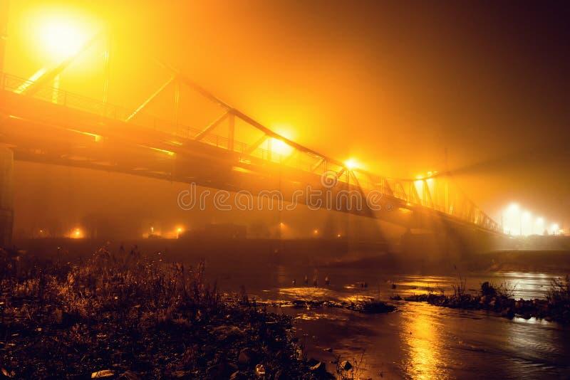 Miasto zakrywający w mgle mglistej przy nocą obrazy stock