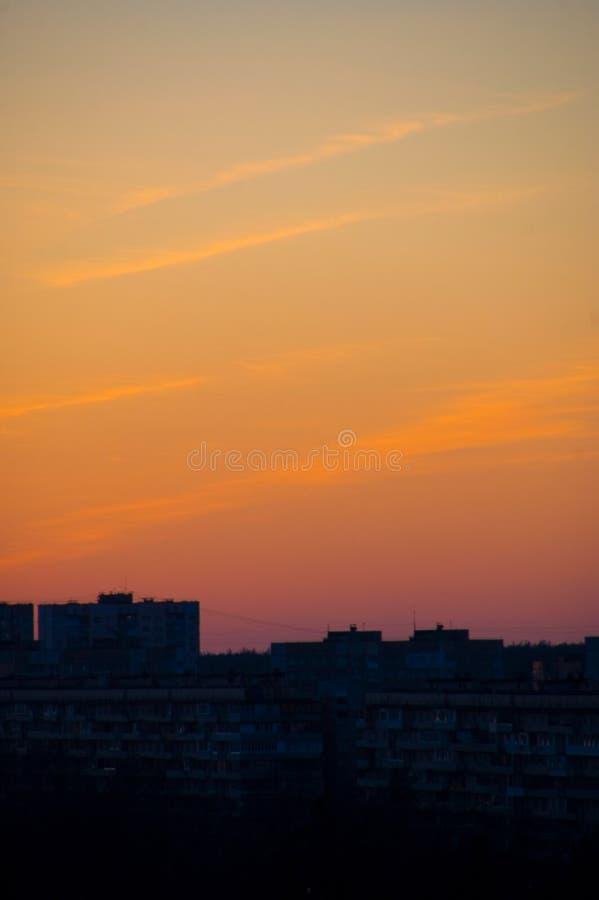 Miasto zmierzch, cztery chmury pierzastej ściągłej chmury nad zmrokiem - błękitów domy zdjęcia royalty free