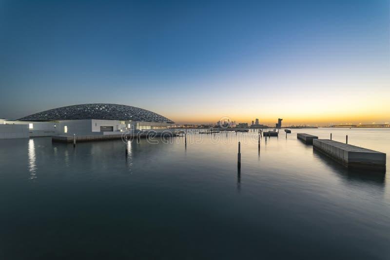Miasto zmierzch od morza Blisko do louvre, Abu Dhabi zdjęcia royalty free