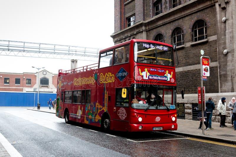 Miasto Zwiedza Dublin pokładu sławne dwoiste wycieczki autobusowe które iść wokoło miasta i zatrzymują przy punktami interesy, do zdjęcia royalty free