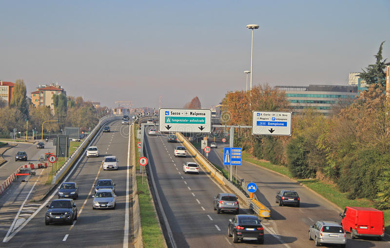 Miastowa autostrada w Mediolan, Włochy fotografia royalty free