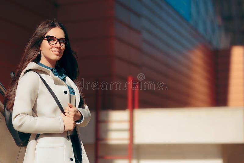Miastowa Mądrze Przypadkowa Studencka dziewczyna z Eyeglasses i pecet pastylką zdjęcia royalty free