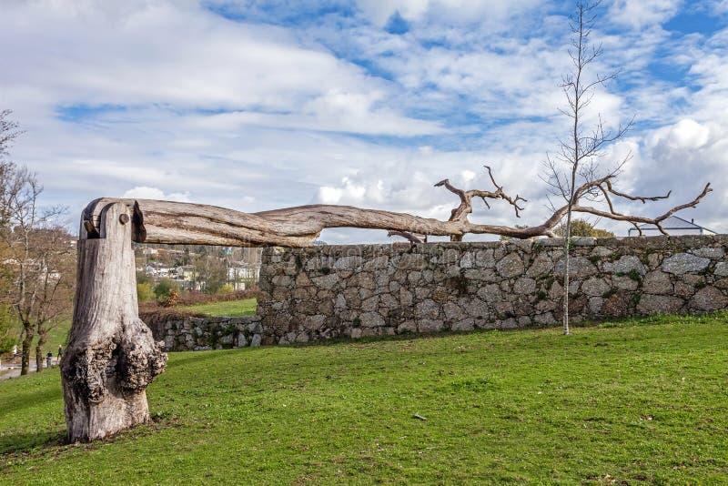 Miastowa sztuka robić nieżywy drzewo z zawiasem w Parque da Devesa Miastowym parku zdjęcie royalty free