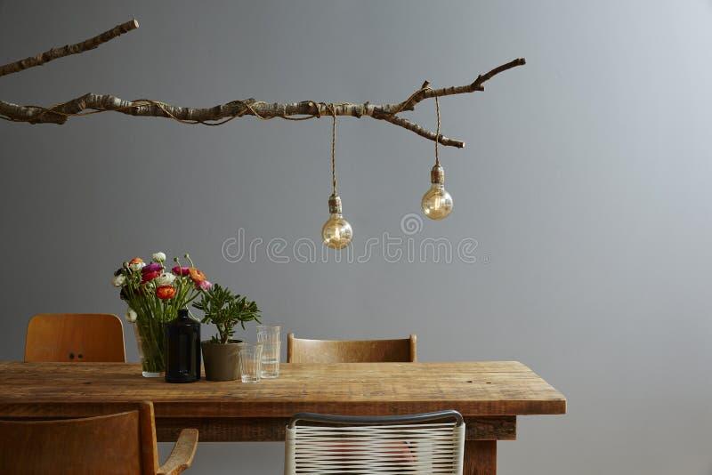 Miastowej projekt nowożytnej dekoraci projektanta drewniana stołowa lampa i krzesło mieszamy zdjęcia stock