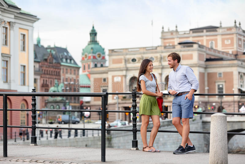 Miastowi ludzie stylów życia - potomstwa dobierają się w Sztokholm zdjęcie royalty free