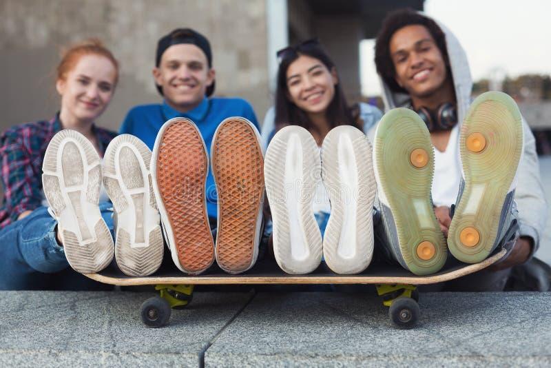 Miastowi modni nastoletni ludzie z nogami na łyżwie obrazy royalty free