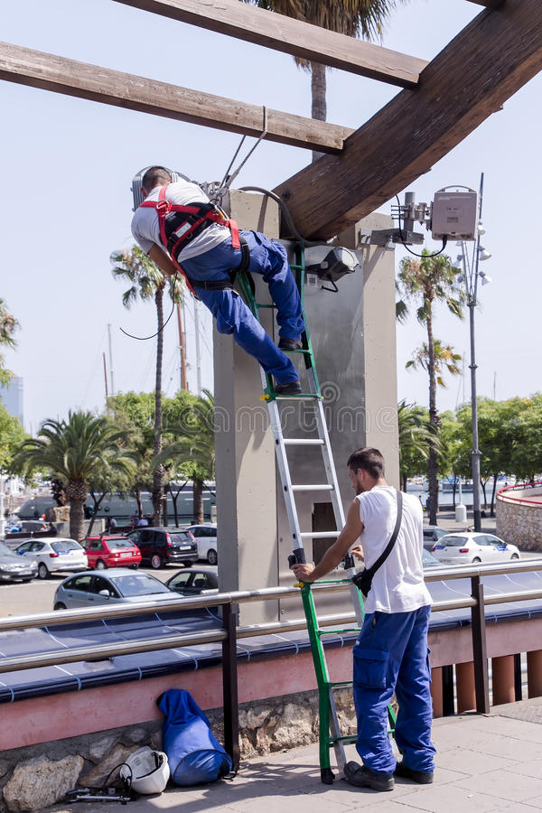 Miastowi pracownicy wydają remontową pracę blisko Olimpijskiego portu zdjęcie stock