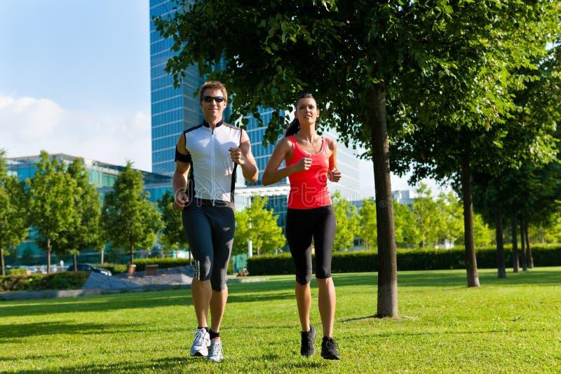 Miastowi sporty - sprawność fizyczna w mieście fotografia royalty free