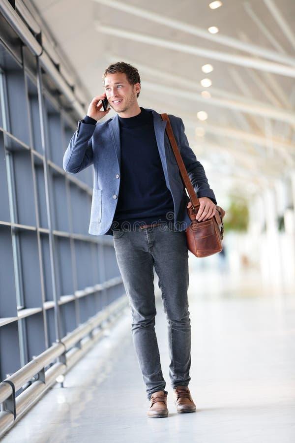 Miastowy biznesowy mężczyzna opowiada na mądrze telefonie obrazy royalty free