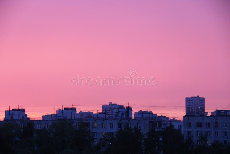 Miastowy czerwony zmierzch na wiosna wieczór po burzy obraz stock