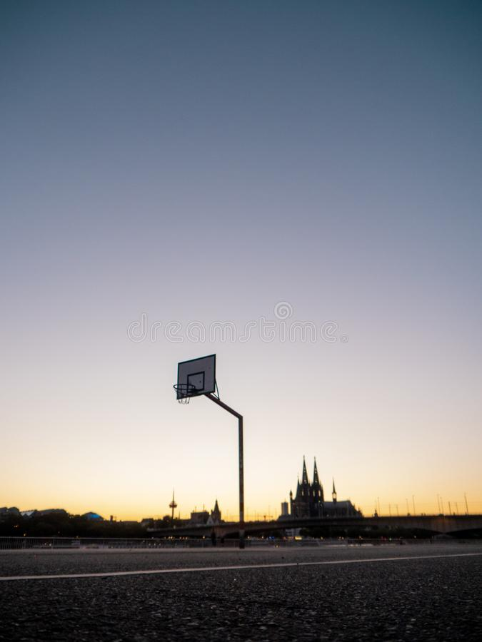 Miastowy koszykówka obręcz z linia horyzontu Kolonia, Niemcy, w backg zdjęcie royalty free
