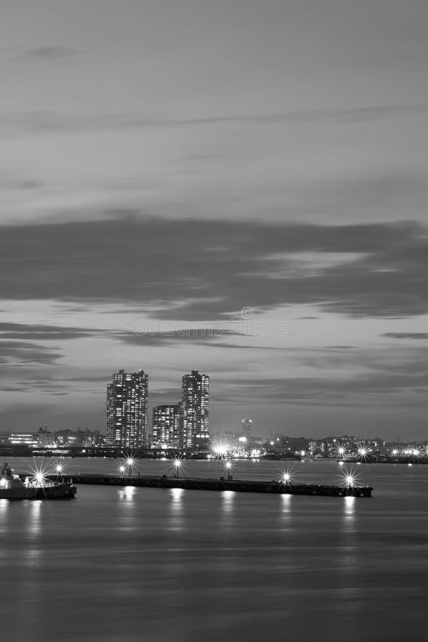Miastowy krajobraz wokoło zatoki nawadnia z chodzenie chmurami przy półmrokiem zdjęcie royalty free