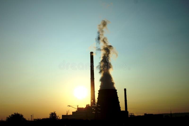 miastowy krajobrazowy zmierzch Dym od kominu zdjęcia royalty free