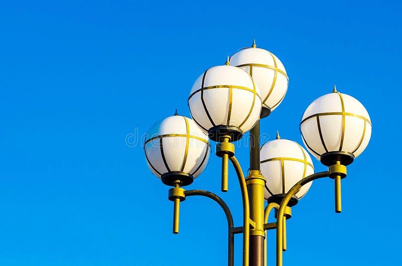 Miastowy lampion przeciw niebieskiemu niebu fotografia stock
