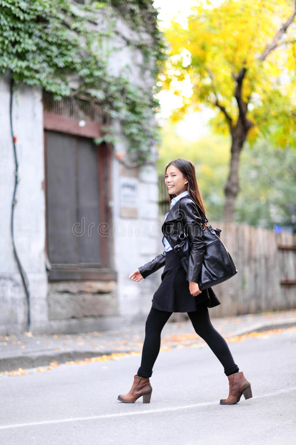 Miastowy młodej kobiety odprowadzenie w skórzanej kurtki mieście obrazy stock