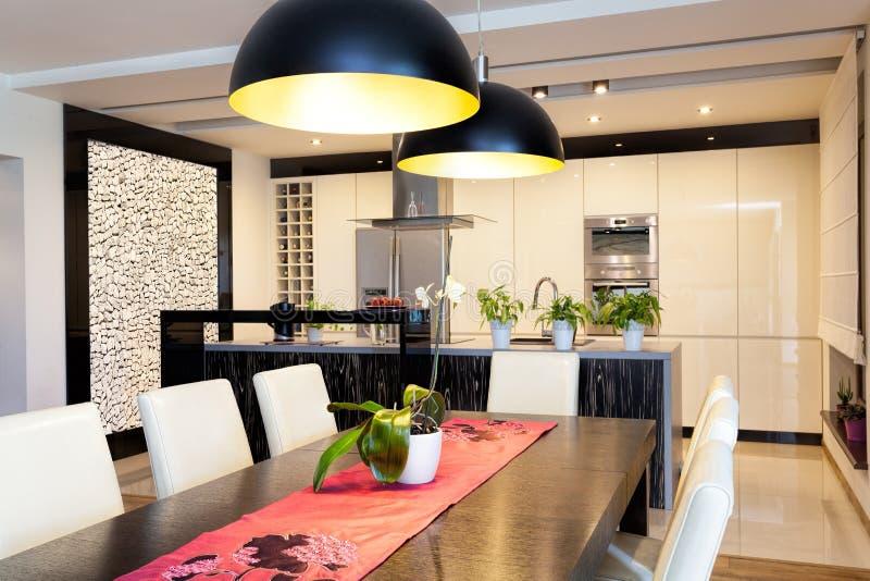 Miastowy mieszkanie - kuchnia z kamienną ścianą obrazy stock