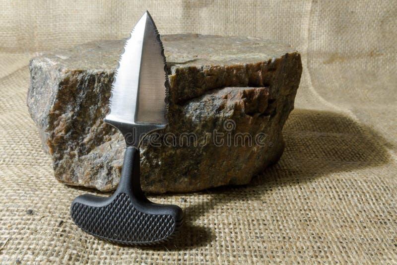 Miastowy nożowy pobliski kamień obrazy royalty free