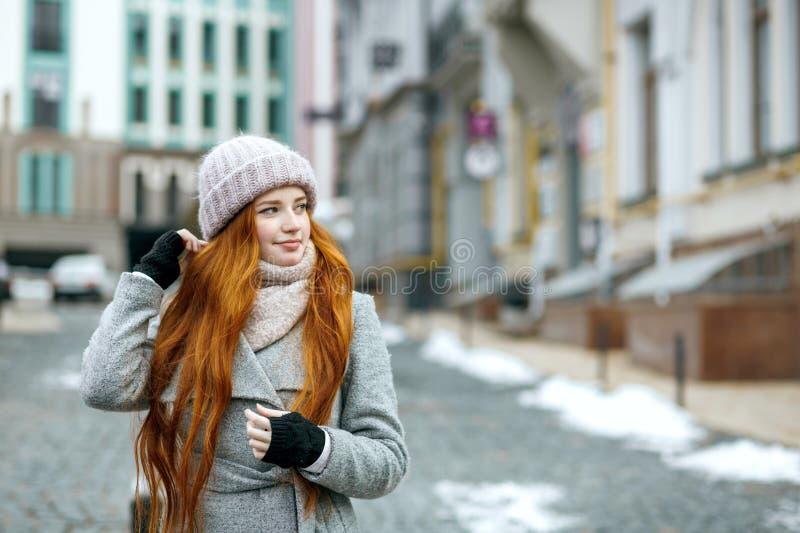 Miastowy portret ładna imbirowa dziewczyna z długie włosy być ubranym ciepły zdjęcia stock