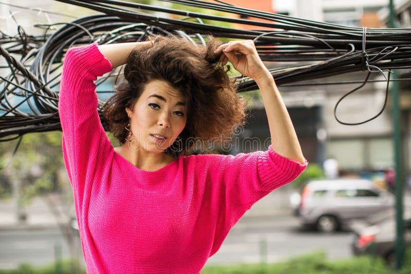 Miastowy portret młoda kobieta wśród drutów zdjęcie stock