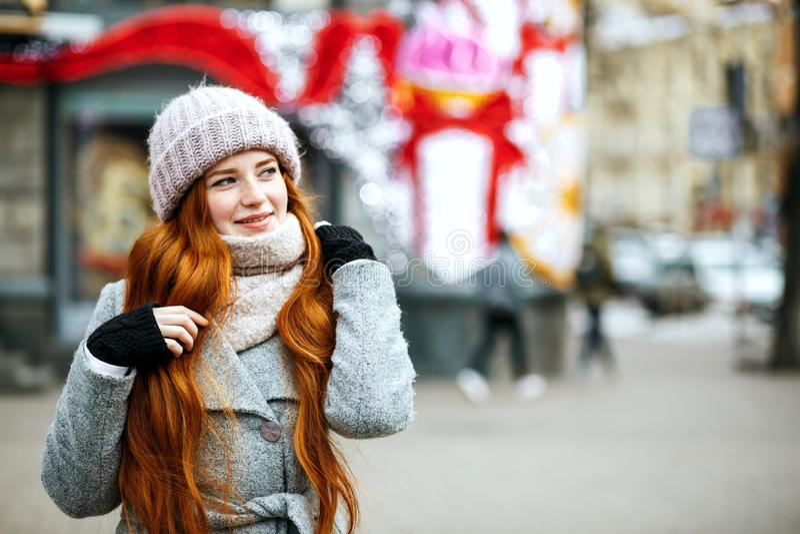 Miastowy portret z klasą imbirowa kobieta z długie włosy jest ubranym wojną zdjęcie stock
