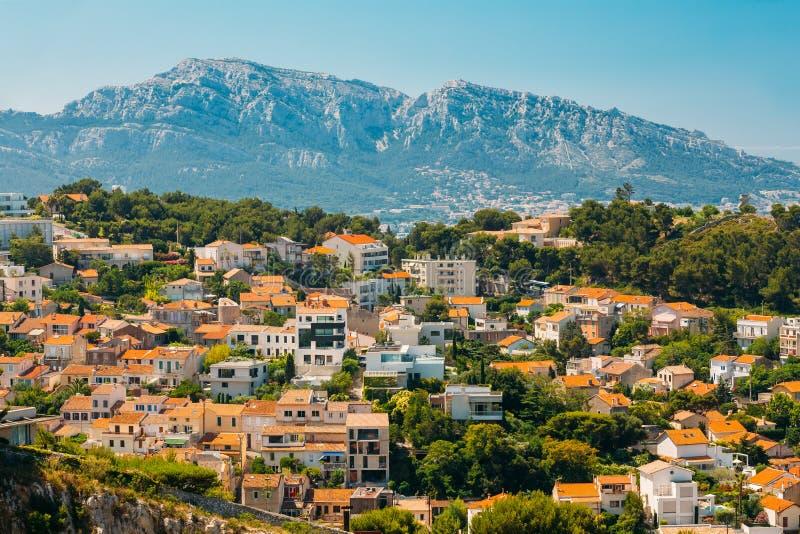 Miastowy sceniczny widok, pejzaż miejski Marseille, Francja Pogodny z jaskrawym niebieskim niebem obrazy stock