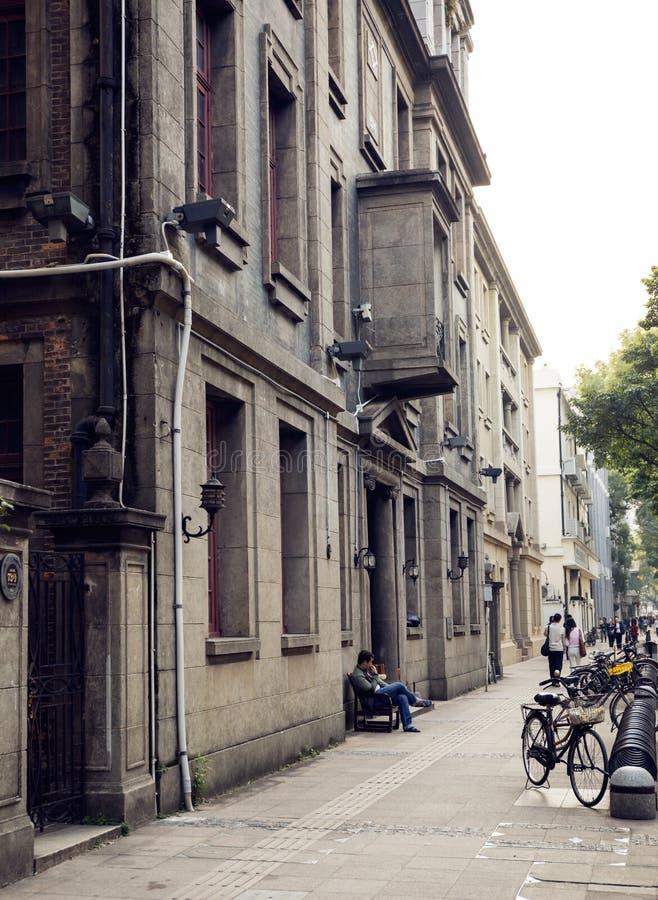Miastowy uliczny chodniczek z budynkami, pobocze miasto ulica, uliczny widok Chiny zdjęcia stock