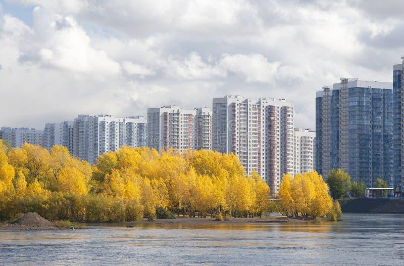 Miastowy vs natura, obrzeża Krasnoyarsk miasto zdjęcie stock