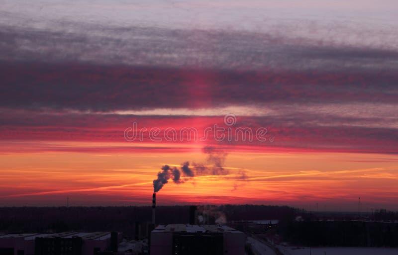 Miastowy wschód słońca z dymem iść up od fabryki zdjęcia royalty free