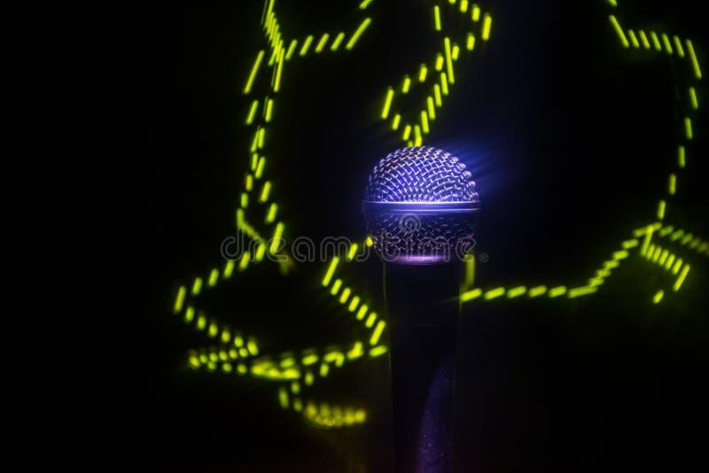 Караоке микрофона, концерт Вокальный аудио mic в нижнем свете с запачканной предпосылкой Живая музыка, звуковое оборудование Конц стоковое фото rf
