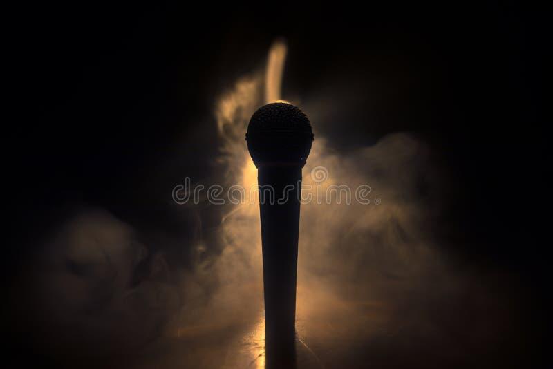 Караоке микрофона, концерт Вокальный аудио mic в нижнем свете с запачканной предпосылкой Живая музыка, звуковое оборудование Конц стоковые фотографии rf