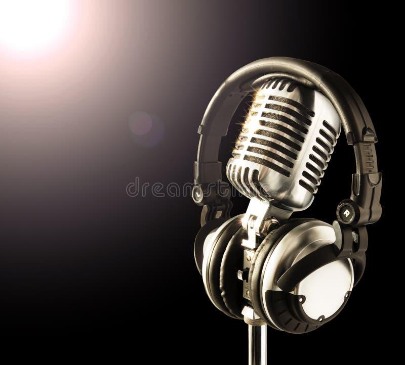 Mic&Headphones im Scheinwerfer lizenzfreies stockfoto