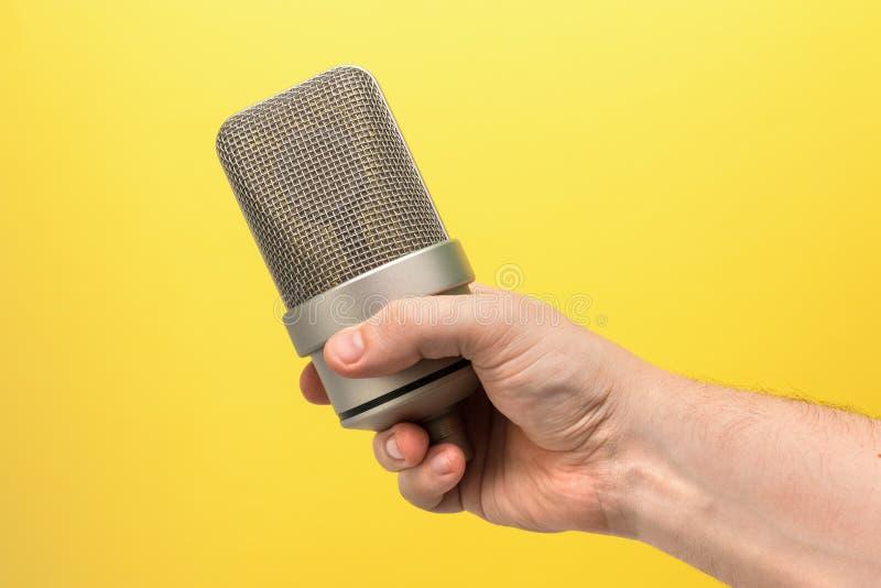 Mic, fachowy mikrofon w ręce obrazy royalty free