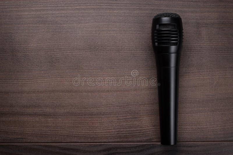 Mic preto na tabela de madeira imagem de stock