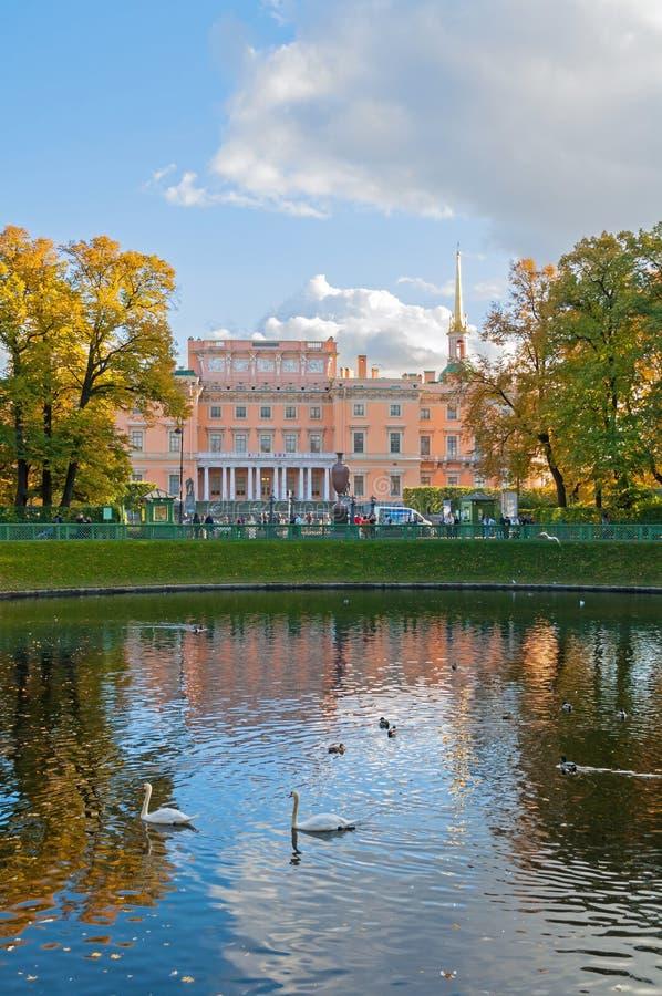 Michael Castle of het Ingenieurskasteel in de vijver van Heilige Petersburg, van Rusland en Karpiev-in de Zomer tuiniert royalty-vrije stock afbeeldingen