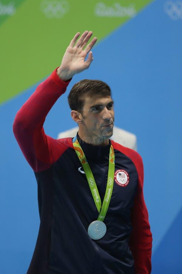 Michael Phelps de Estados Unidos durante ceremonia de la medalla después de la mariposa del ` s el 100m de los hombres de la Río  foto de archivo