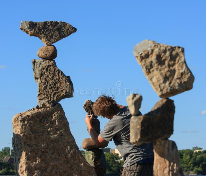 Michael-Zupacken-balancierende Steine am Festival stockbilder