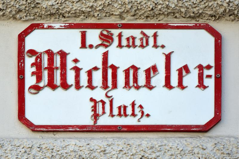 Michaelerplatz的路牌在维也纳-奥地利 库存照片