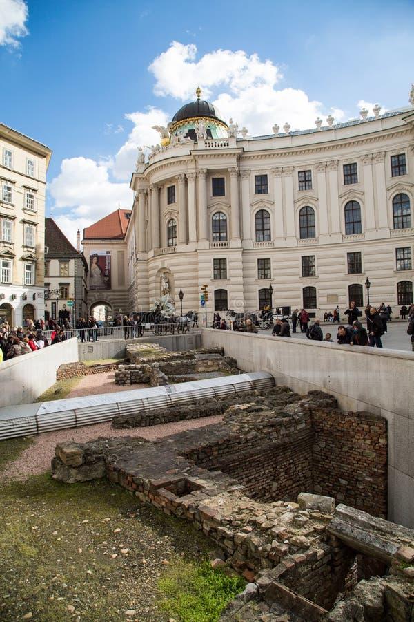 Michaelerplatz i Wien med romerskt och medeltida återstår arkivbilder