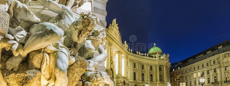Michaelertrakt宫殿, Hofburg在维也纳,奥地利 夜图fr 免版税库存照片
